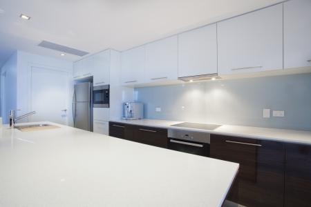 Moderne neue Küche mit Küchengeräten aus Edelstahl