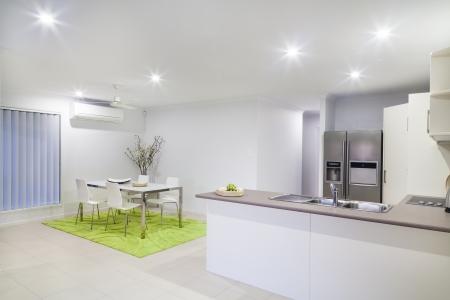 Moderne Küche und Essbereich in der modernen Haus am Stadtrand