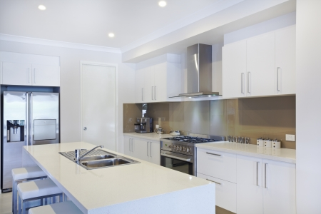 Neue Moderne Küche Mit Küchengeräten Aus Edelstahl Lizenzfreie Fotos ...