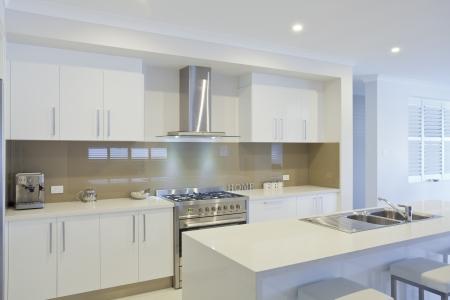 Neue moderne Küche mit Küchengeräten aus Edelstahl Standard-Bild