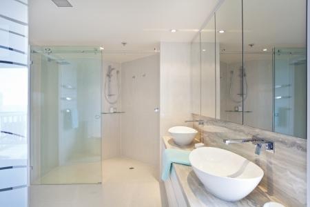スタイリッシュなオーストラリアのアパートでモダン ツイン浴室