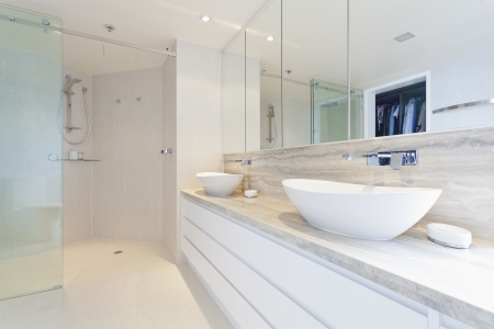 Modern twin bathroom in stylish Australian appartment Stock Photo - 18432678