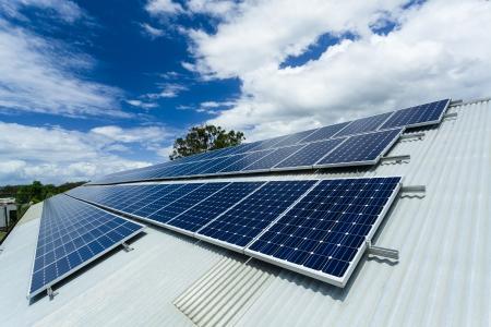 Sonnenkollektoren auf Hallendach.