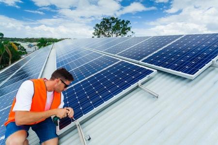 rooftop: Jonge technicus de installatie van zonnepanelen op het dak fabriek