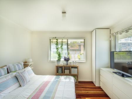 Kleine, gemütliche Schlafzimmer Standard-Bild