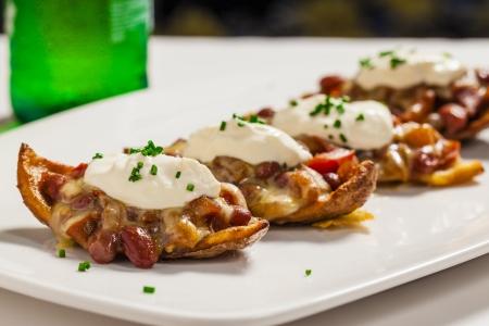 cebollin: Patatas crujientes piel con frijol y salsa de tomate con crema agria y cebollino