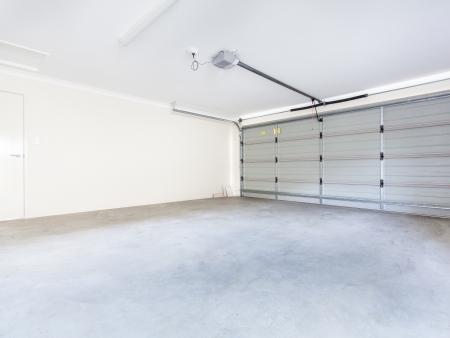 Lege dubbele garage met automatische deur