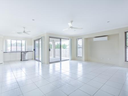Grande salle carrelée de séjour et d'une cuisine vide Banque d'images