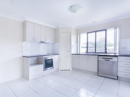 spotřebič: Prázdný kachlová kuchyň s nerezovými spotřebiči nádobí Reklamní fotografie