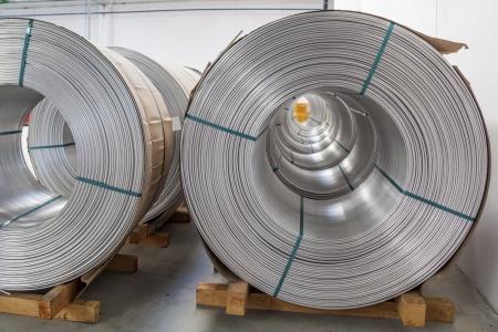 materia prima: Carretes de alambre de aluminio en la f�brica de alambre se extiende Foto de archivo