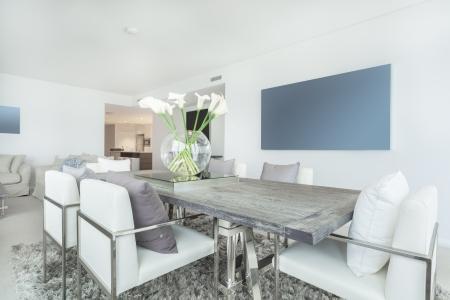 La zona de comedor en el apartamento moderno