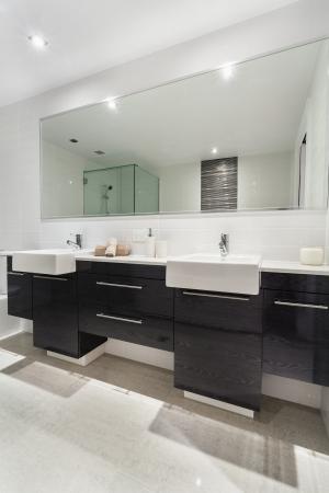 piastrelle bagno: Camera Doppia con Letti Moderno in elegante appartamento australiano