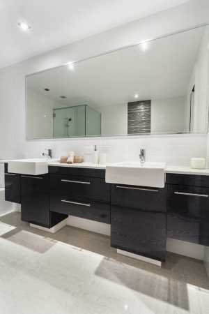 bathroom mirror: Modern twin bathroom in stylish Australian appartment