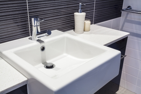 lavabo salle de bain: Gros plan de lavabo dans la salle de nouvelles Banque d'images