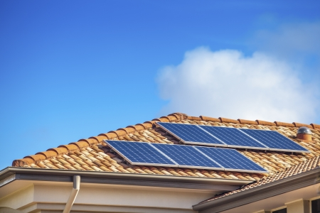 paneles solares: Los paneles solares en casa suburbana australiana Foto de archivo