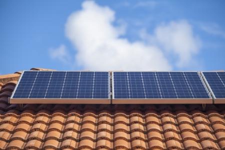 PLACAS SOLARES: Los paneles solares en casa suburbana australiana Foto de archivo