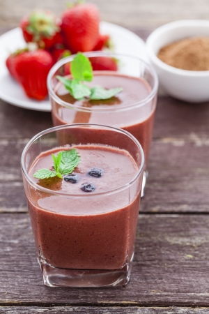 Berry and chocolate smoothie with chia seeds, maca powder and honey Standard-Bild