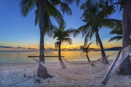 Tropisches Paradies Strand bei Sonnenuntergang mit Hängematte