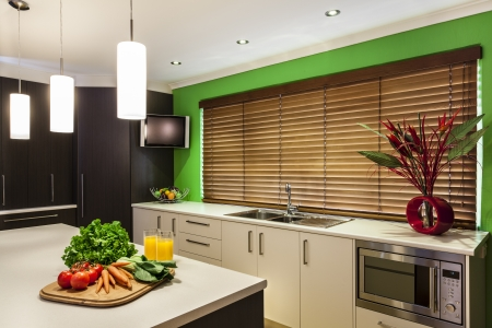 Luxuriöse neue Küche mit modernen Geräten Standard-Bild