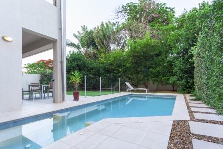 бассейн: Роскошный дом с бассейном и двор Фото со стока