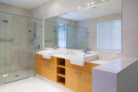 Stilvolle Doppelbadezimmer Lizenzfreie Bilder
