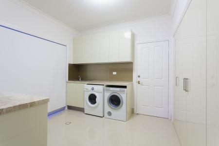 Waschküche im modernen Haus. Lizenzfreie Bilder
