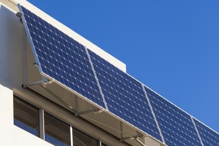 Adjustable solar panel installation on modern home Standard-Bild