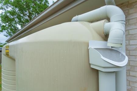 dach: Regenwasser läuft off Dach in Regenwasserspeicher
