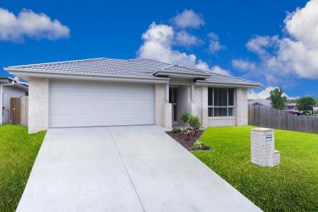 Modernes Haus am Stadtrand an einem sonnigen Tag Lizenzfreie Bilder