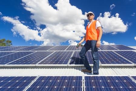 젊은 기술자 공장 지붕에 태양 전지 패널을 검사