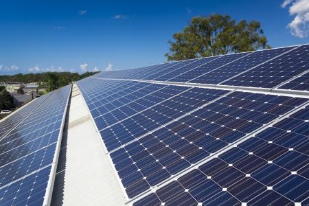Sonnenkollektoren in der Sonne auf großem Dach Standard-Bild - 21361832