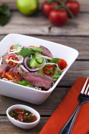 vermicelli: Ensalada tailandesa de carne con fideos vermicelli
