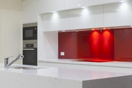 Neue moderne minimalistische Küche