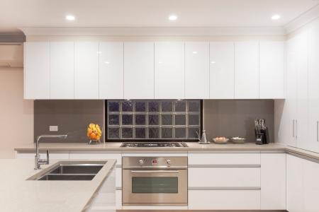acier: Nouvel intérieur de la cuisine moderne et minimaliste