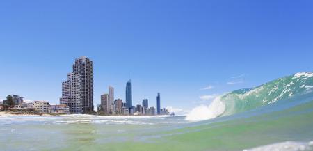 オーストラリア、ゴールドコーストのサーファーズ パラダイス ビーチに圧延波