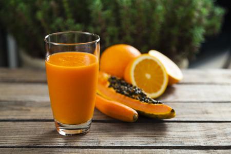 健康的なオレンジ、パパイヤ、にんじんのスムージー