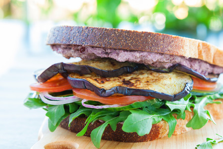 berenjena: Sándwich griega con queso feta, aceitunas, berenjena, tomanto, pepino y rúcula