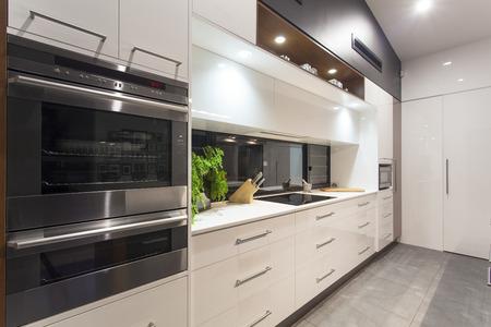 スタイリッシュな家で新しい led 近代的なキッチン