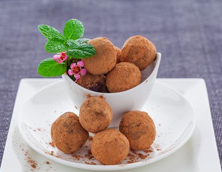 maca: Trufas de chocolate y maca primas Vegan cubiertos en el cacao