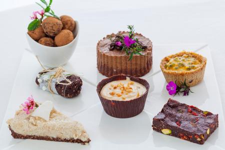 Gemischte Platte der gesunden rohen vegane Desserts Standard-Bild