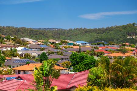 オーストラリアの郊外の家にソーラー パネル