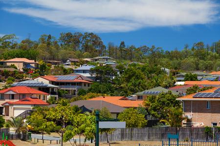 호주의 교외에있는 집에 태양 전지 패널 스톡 콘텐츠