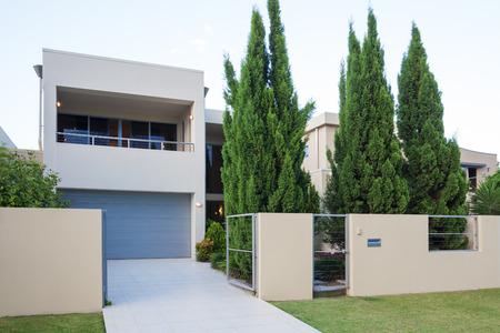 소나무와 현대 멀티 레벨 집 외관