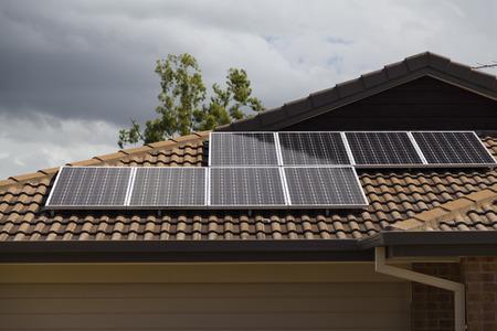 Fotovoltaïsche panelen op betegeld dak geïnstalleerd