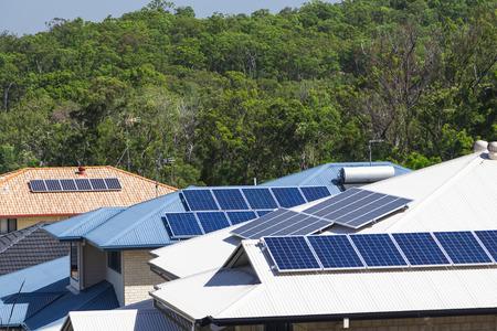 Sonnenkollektoren auf mehrere energieeffiziente Häuser Lizenzfreie Bilder