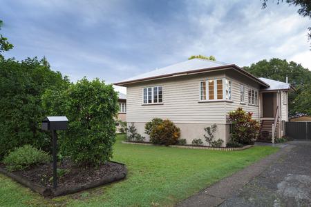 Pequeña casa de madera australiano en los suburbios