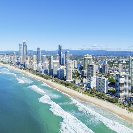 퀸즐랜드의 골드 코스트에 맑은 서퍼스 파라다이스 (Surfers Paradise).