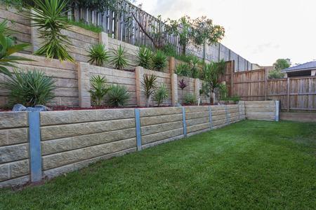 Multi level retaing muur met planten in de achtertuin