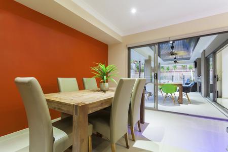 Esstisch und Außenbereich in dem Unterhaltung stilvolles Zuhause Standard-Bild - 37743222