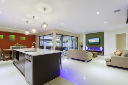 Stilvolle Wohnlandschaft mit LED-Leuchten und Outdoor-Tisch